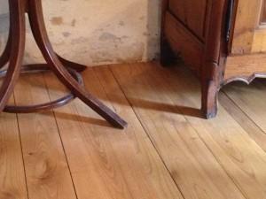 plancher massif en châtaignier toutes largeur pose en échelle ou à la Française.